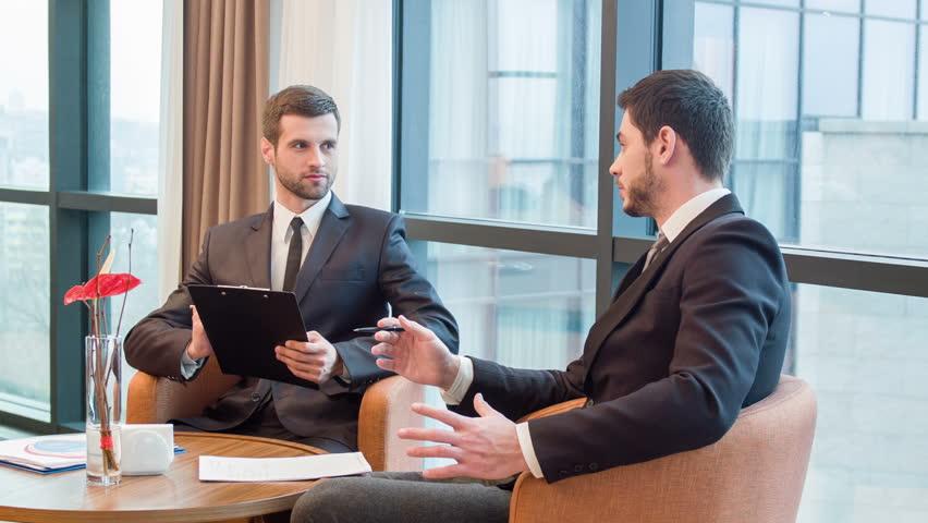 Regnskapsførere som snakker sammen